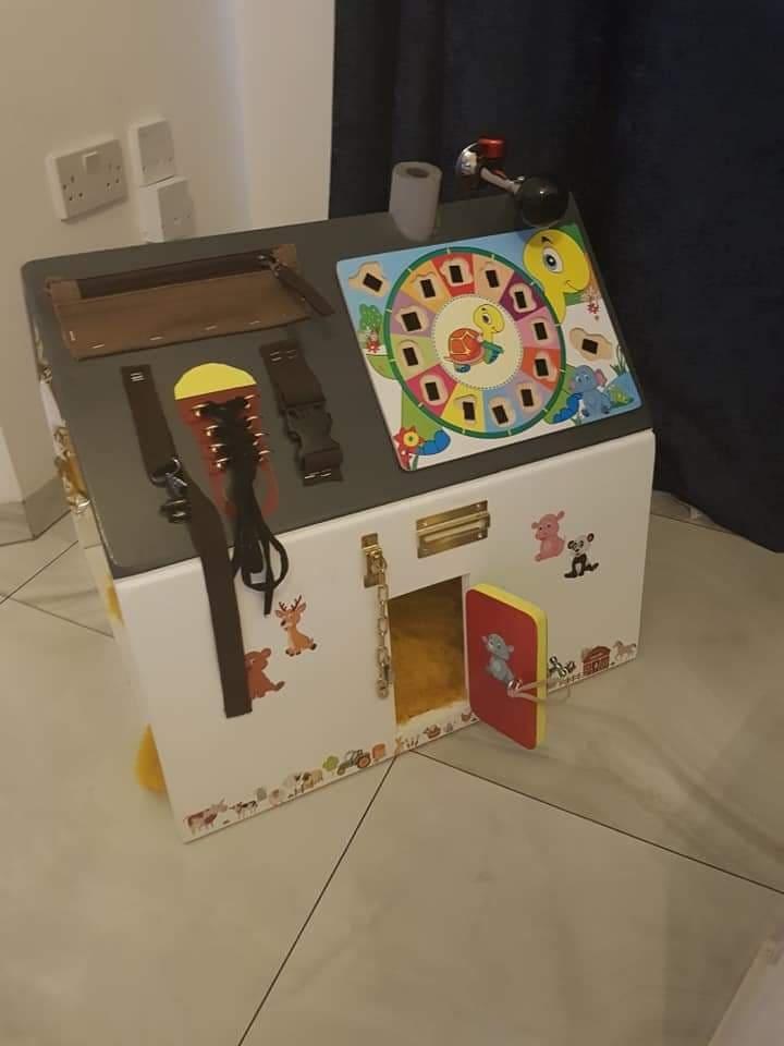 Vyrobme deťom domček plný aktivít. Hra zameraná na rozvoj jemnej motoriky. Vhodné už pre tie najmenšie detičky. Učíme sa hrou :)